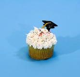 与毕业帽子的杯形蛋糕 库存照片