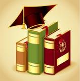 与毕业盖帽的书 免版税图库摄影