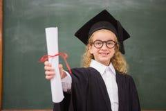 与毕业长袍和拿着她的文凭的学生 免版税图库摄影