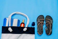 与毛巾、太阳镜和海滩辅助部件的袋子 r 复制浆糊,拷贝空间 库存照片