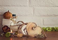 与毛巾、油和木心脏的温泉设置在白色砖背景 图库摄影
