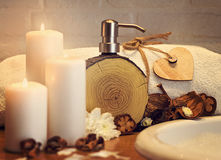 与毛巾、油和木心脏的温泉设置在白色砖背景 免版税库存图片