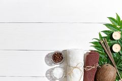 与毛巾、蜡烛和绿色的温泉静物画在白色木表面离开 库存照片