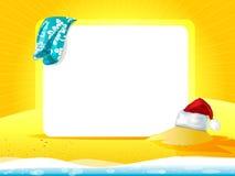 与毛巾和圣诞节帽子的海风景 免版税库存图片