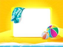 与毛巾和海滩球的海风景 免版税库存图片