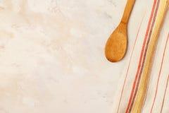 与毛巾和烹调工具的厨房背景 免版税库存照片