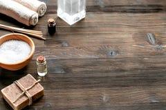 与毛巾和肥皂的温泉集合在木背景嘲笑 库存照片