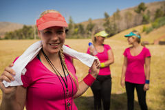 与毛巾的女性教练员在她的在新兵训练所的脖子上 免版税库存照片