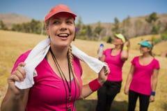 与毛巾的女性教练员在她的在新兵训练所的脖子上 库存图片