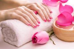 与毛巾的桃红色修指甲。温泉 库存图片