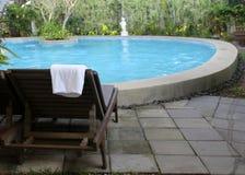 与毛巾的海滩睡椅在游泳池附近 库存图片