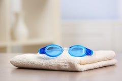 与毛巾的游泳风镜 免版税图库摄影