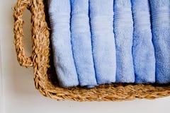 与毛巾的篮子 免版税库存图片
