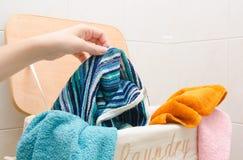 与毛巾的洗衣篮 库存图片