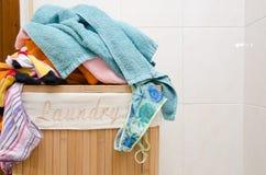 与毛巾的洗衣篮 库存照片
