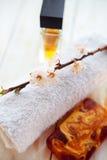与毛巾芳香油bottl的温泉设置 库存图片