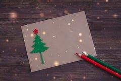 与毛毡圣诞节树、雪花作用和红色星的签署的手工制造圣诞卡 免版税库存图片