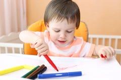 与毛毡笔的婴孩绘画 库存图片
