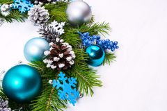 与毛毡雪花的圣诞节花圈,蓝色,绿松石中看不中用的物品 图库摄影