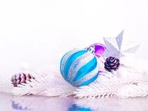 与毛皮树的蓝色和银色xmas装饰 免版税库存照片