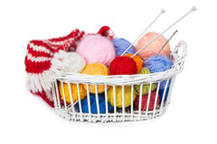 与毛线五颜六色的球的柳条筐  库存照片