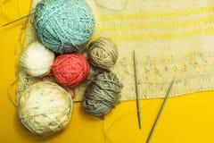 与毛线和螺纹的丛在黄色背景 手工制造 库存照片