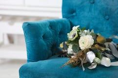 与毛茛属、小苍兰、玫瑰和白色anemon的婚礼花束 免版税库存照片
