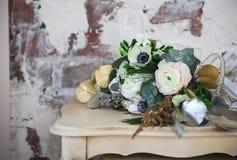 与毛茛属、小苍兰、玫瑰和白色anemon的婚礼花束 库存图片