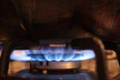 与气体zazhennuyu的小煤气炉火炉 免版税库存照片