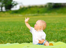 与气泡的小男孩画象 图库摄影