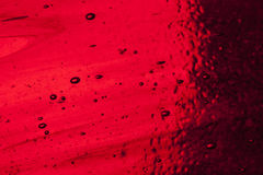 与气泡的红色彩色玻璃 库存照片
