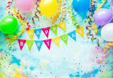 与气球、飘带和五彩纸屑的生日宴会框架在与拷贝空间的五颜六色的背景 免版税库存照片