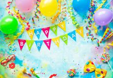 与气球、飘带和五彩纸屑的生日宴会框架在与拷贝空间的五颜六色的背景 库存照片
