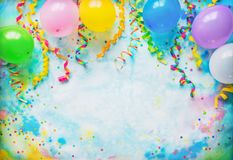 与气球、飘带和五彩纸屑的节日、狂欢节或者生日宴会框架 图库摄影