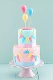与气球的生日蛋糕 免版税库存图片