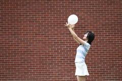 与气球的轻松的亚洲中国女孩戏剧和享受在草坪的业余时间 图库摄影
