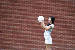 与气球的轻松的亚洲中国女孩戏剧和享受在草坪的业余时间 库存图片