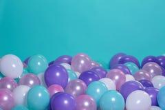 与气球的绿松石背景 图库摄影