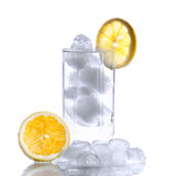 与水、冰块和片式的玻璃柠檬 库存照片