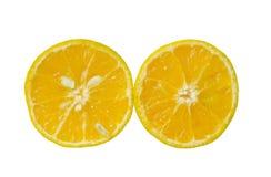 与水下落一半的蜜桔桔子在白色背景切开了 免版税库存照片
