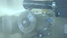 与水冷却的自动化的生产线 冷却零件的水注 影视素材