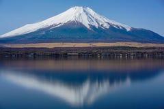 与水反射的富士山 免版税库存照片