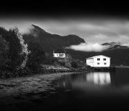 与水反射的挪威客舱 图库摄影
