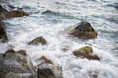与水和浪花,飞溅的石头 海岸海运 图库摄影