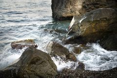 与水和浪花,飞溅的石头 海岸海运 免版税库存图片