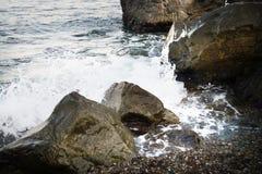 与水和浪花,飞溅的石头 海岸海运 库存照片