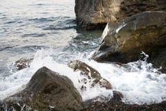 与水和浪花,飞溅的石头 海岸海运 库存图片
