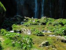 与水小小瀑布的巨大的瀑布在Plitvice湖国立公园在克罗地亚 免版税库存图片