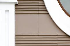 与水平的条纹,门面的元素-简单的形状半露方柱的修造的墙壁褐色颜色  免版税库存照片