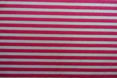 与水平的白色条纹的桃红色织品 免版税库存图片